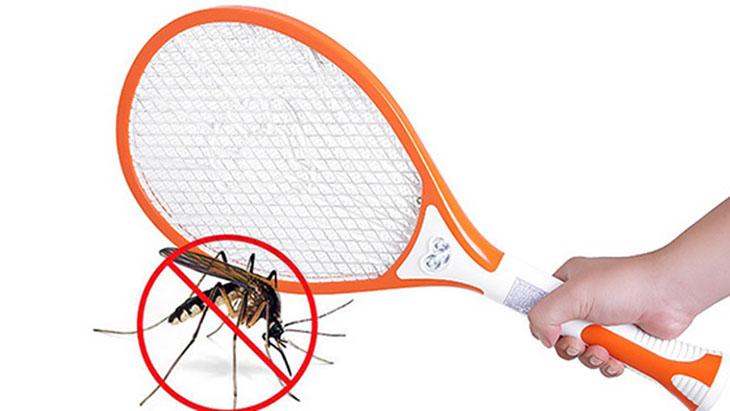 Sau khi diệt muỗi cần làm sạch xác muỗi trên lưới vợt
