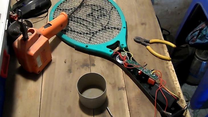 Không tự ý sửa vợt bắt muỗi tại nhà