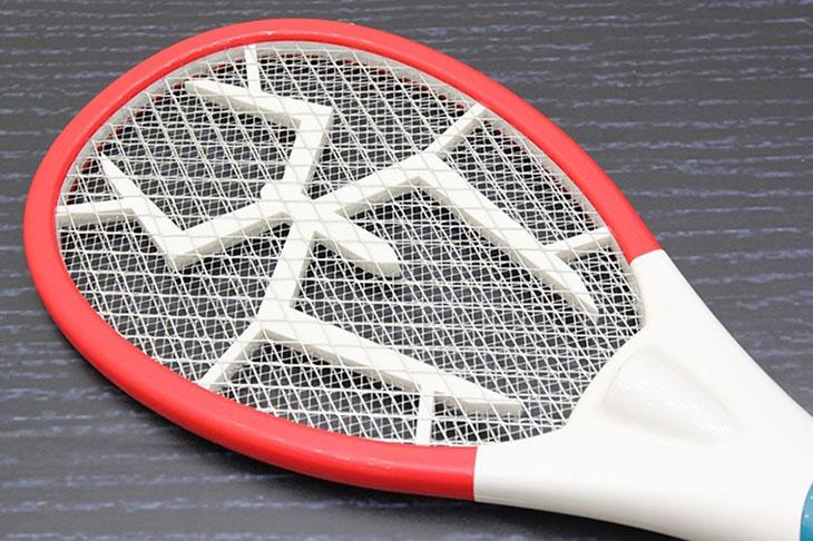 Không chạm tay vào lưới vợt kể cả đã tắt điện