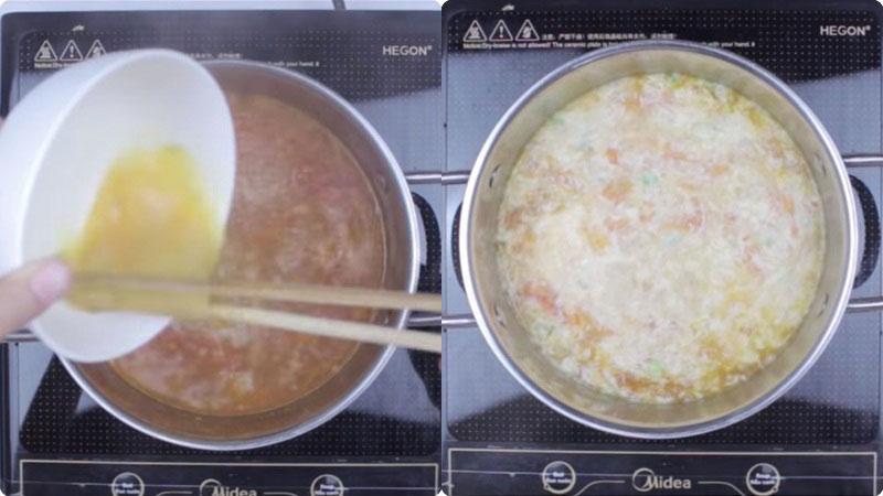 Canh đã sôi, cho phần trứng đã trộn đều ở trên vào, vừa đánh đều trứng vừa đổ vào nồi, nêm nếm gia vị cho vừa ăn và tắt bếp.