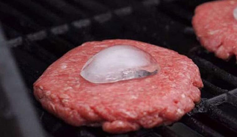 Lý do nên đặt 1 viên đá lên thịt mỗi khi nướng