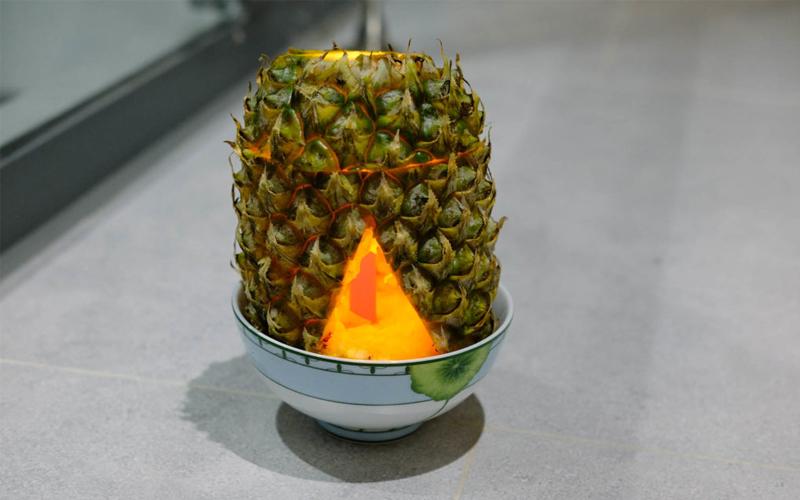 Sức nóng từ nến sẽ làm dứa giải phóng tinh dầu làm mùi thơm lan tỏa khắp phòng.