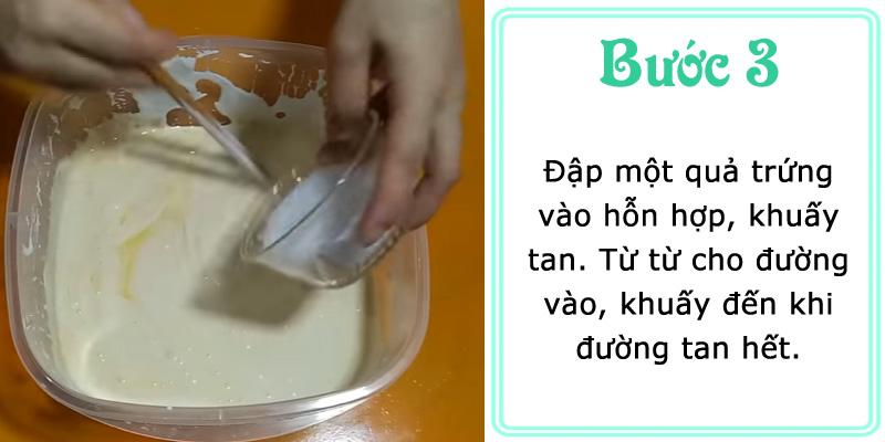 Đập một quả trứng vào hỗn hợp, khuấy tan. Từ từ cho đường vào, khuấy đến khi đường tan hết