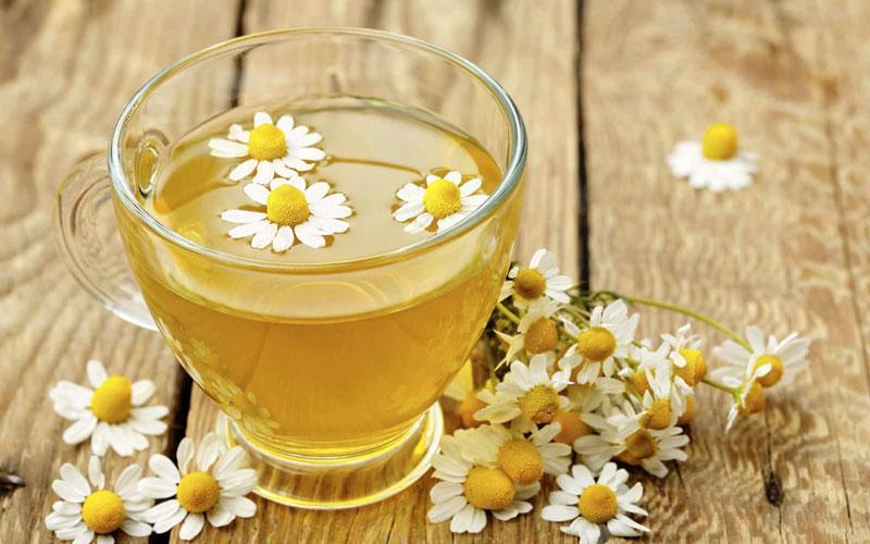 Một ly trà hoa cúc ấm pha thêm một ít mật ong sẽ có rất nhiều tác động tốt đến thần kinh của bạn, giúp bạn dễ ngủ hơn