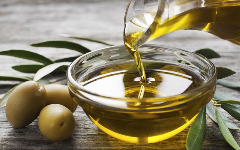 Trong dầu ô liu chứa nhiều vitamin E, chất chống oxy hóa, dễ dàng cung cấp độ ẩm và làm lành những vết rạn, bong tróc trên da đầu