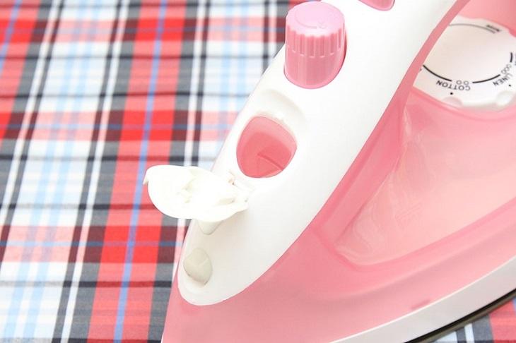 Bàn ủi hơi nước có ủi khô được không? Không chế nước có bị hư không?