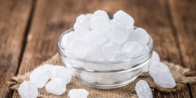Đường phèn dùng làm gia vị hoặc nguyên liệu trong bài thuốc đông y