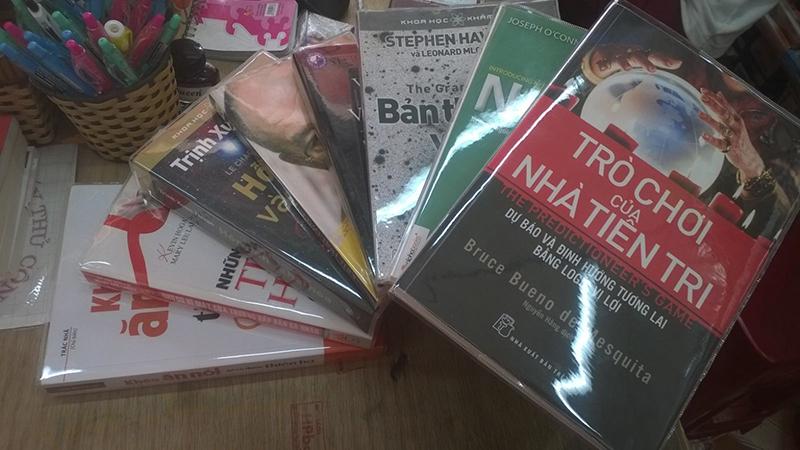 Dùng bìa kiếng bọc sách để sách mới lâu hơn