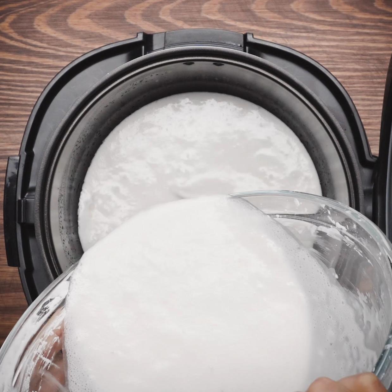 - Tráng một lớp dầu ăn vào lòng nồi cơm điện sau đó đổ bột vào, đậy nắp, nhấn nút nấu (cook), căn nấu tầm 45 p.