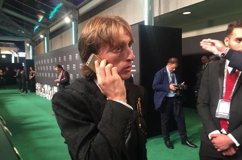 luka-modric-dung-iphone-5s