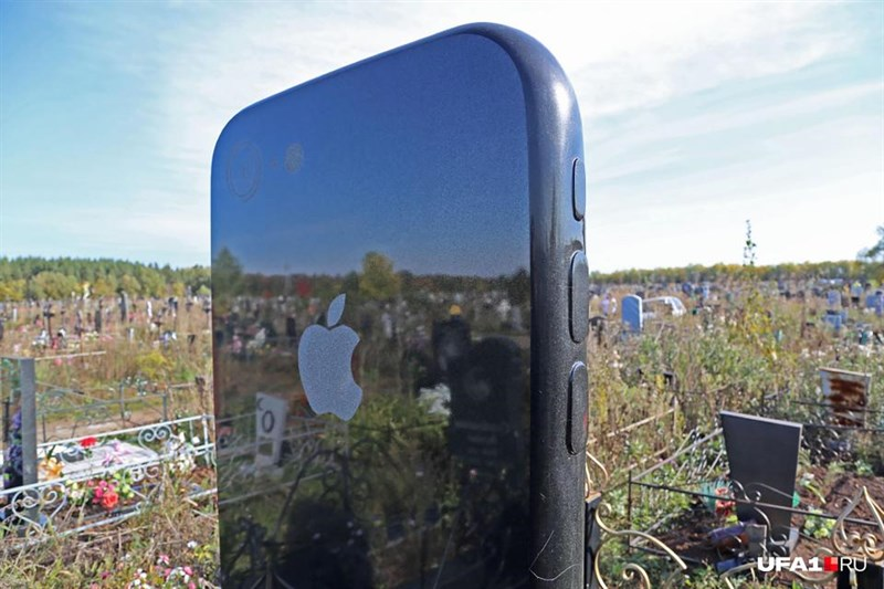 Bia mộ iPhone 7 này cũng mô phỏng đầy đủ các phím bấm vật lý trên sản phẩm của Apple