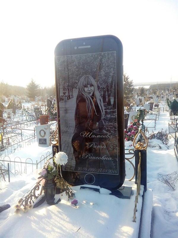 Bia mộ hình iPhone 7 của Rita Shameeva