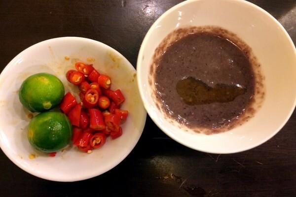 Bước 3: Đổ bát hỗn hợp mắm tôm, chanh, đường vào, đun nóng lên rồi cho ra bát. Ớt tươi bỏ hạt, cắt nhỏ cho vào tùy khẩu vị.