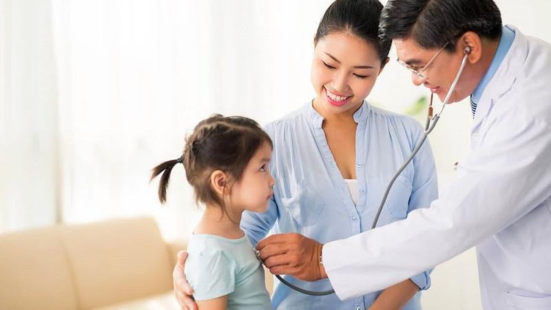 Hãy đưa trẻ đi khám để biết rõ nguyên nhân trẻ bị nghẹt mũi