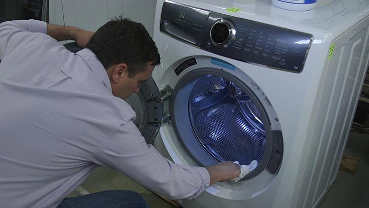 Vệ sinh bên ngoài máy giặt