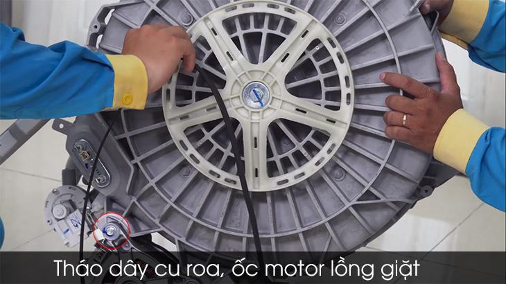 Tháo dây cu roa, ốc motor ra khỏi lồng giặt.
