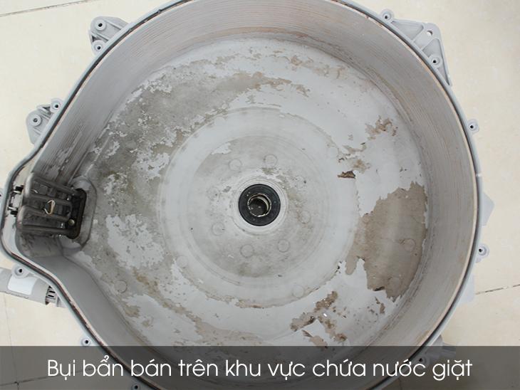 Bụi bẩn bám bên trong khu vực chứa nước giặt