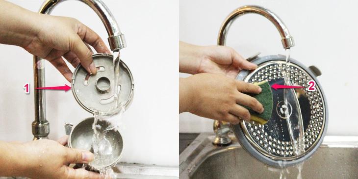 Rửa sạch với nước bằng miếng bọt biển