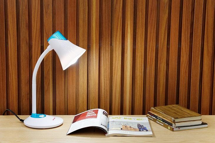 Đặt đèn ở độ cao phù hợp, không để cao quá và cũng không để sát quá làm lóa chữ