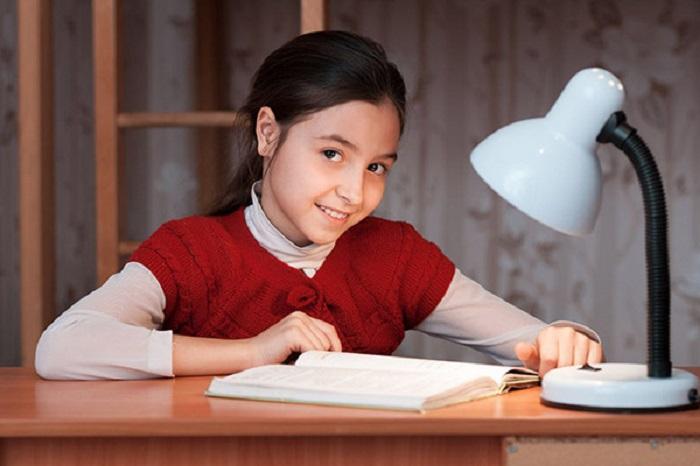 Cách sử dụng đèn bàn hạn chế cận thị cho bé