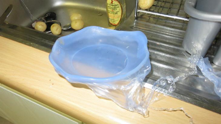 Hộp nhựa bị chảy, hộp thủy tinh bị nứt
