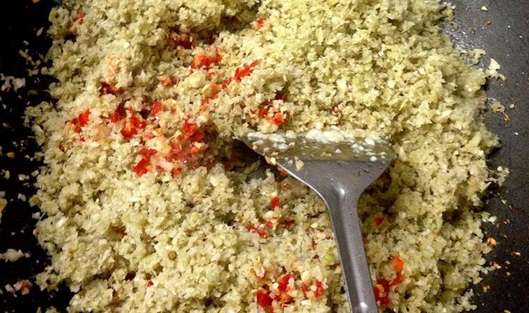 Cho chảo lên bếp, khi chảo nóng cho thêm dầu vào. Cho củ hành tím, tỏi và sả vào phi cho thơm lên. Sau đó cho thịt ba chỉ vào xào.