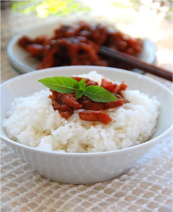 Mắm ruốc cho ra đĩa, kèm theo chén cơm trắng. Sẽ rất ngon miệng khi ăn kèm với dưa leo hoặc cà chua nhé!