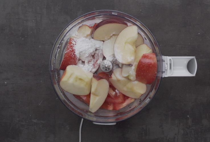 Bước 3: Xay nhuyễn cà chua, táo, bột năng, và 60 ml giấm táo với nhau.