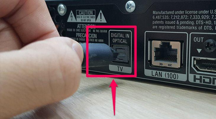 Cắm cáp Optical vào cổng trên loa ngoài