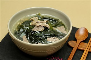 Cách nấu canh rong biển thịt bò nóng hổi cho bữa cơm ngày lạnh