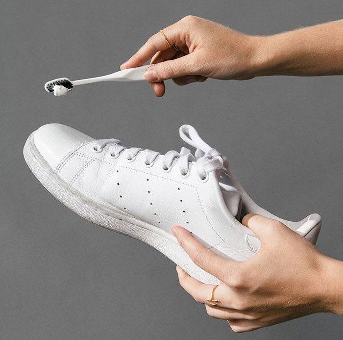 1. Tẩy trắng giày bằng kem đánh răng
