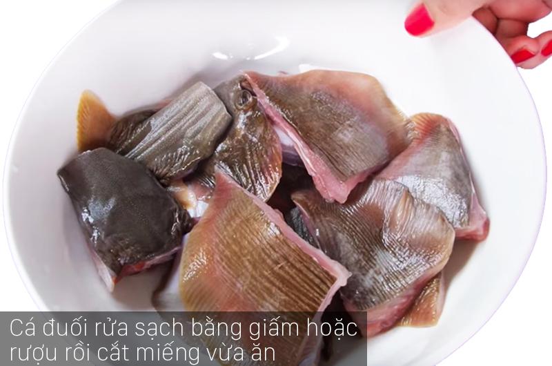 Cá đuối rửa bằng nước pha với giấm hoặc rượu để khử mùi khai của cá rồi cắt thành miếng vừa ăn.