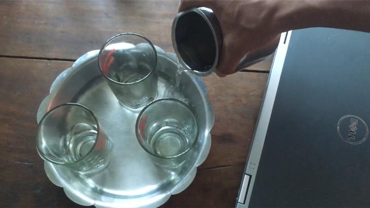 Đổ nước vào 1 cái khay
