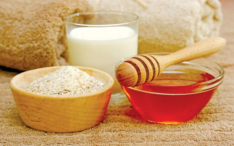 Tắm trắng toàn thân bằng bột cám gạo và mật ong nguyên chất.