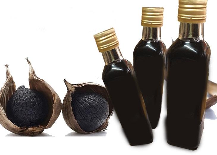 Tỏi đen ngâm rượu là một bài thuốc giúp cơ thể hấp thu tốt nhất dưỡng chất, có khả năng diệt khuẩn, ngừa ung thư, giảm mỡ máu, bảo vệ tim mạch