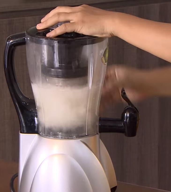 Bước 2 Xay nhuyễn hỗn hợp Sữa hạnh nhân yến mạch