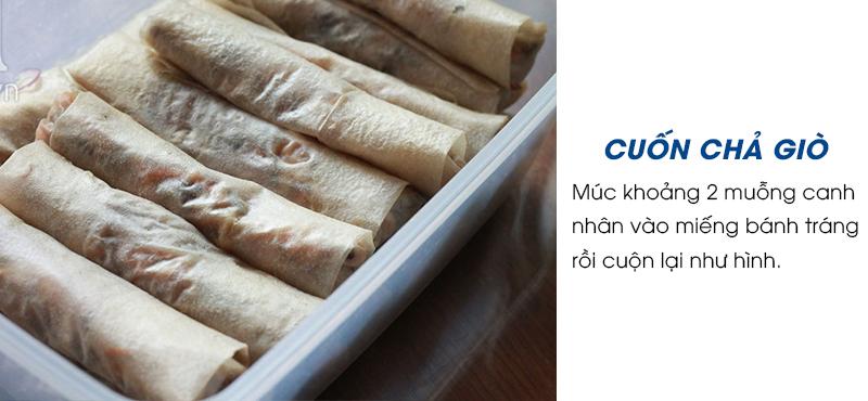 Múc khoảng 2 muỗng canh nhân vào miếng bánh tráng rồi cuộn lại như hình. Không cuộn quá chặt tay khi chiên vỏ chả giò dễ bị rách, cũng không cuộn quá lỏng khi cắt chả giò dễ bị rời phần nhân và vỏ.