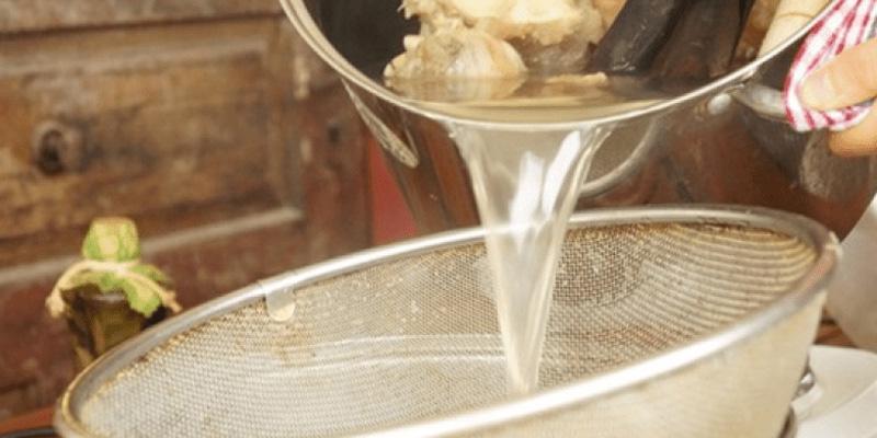 Xương heo rửa sạch và trần qua nước sôi để khử mùi và chất bẩn. Sau đó đổ 1.5-2 lít nước vào nồi xương hầm với lửa nhỏ. Trong quá trình hầm không đậy nắp nồi vì việc đậy nắp sẽ làm nước xương bị đục và lưu ý hớt bọt bỏ đi khi nước sôi nhé . Sau khi hầm khoảng 30 phút bạn vớt xương ra lấy nước dùng.