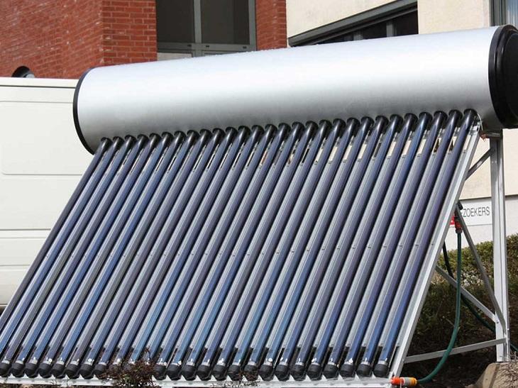 máy nước nóng năng lượng mặt trời thường được lắp đặt trên cao để hấp thụ ánh sáng mặt trời