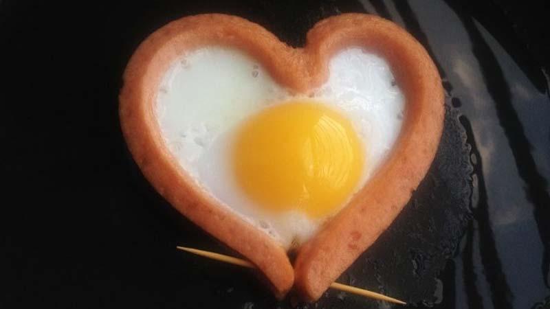 Cách làm món trứng ốp la hình trái tim
