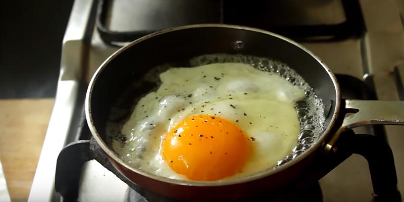 Rắc một ít tiêu và muối lên trứng.