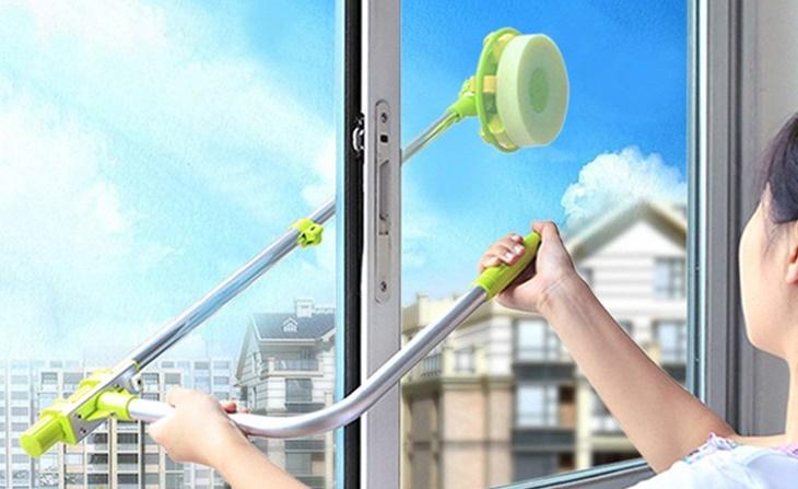 Dụng cụ lau kinh giúp dễ vệ sinh cửa kính ở vị trí cao hay mặt ngoài cửa kính