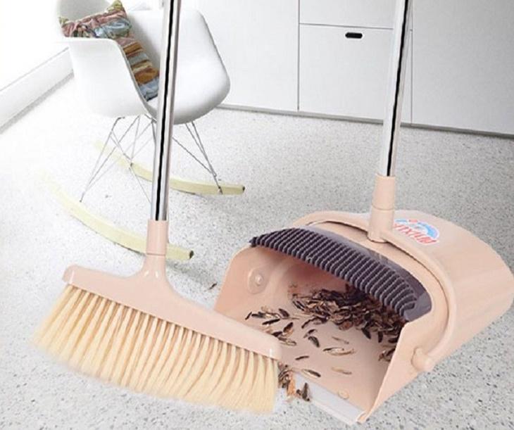 Chổi và ky hốt rác giúp làm sạch những khu vực nhỏ hẹp