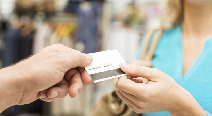 Tặng thẻ ngân hàng để vợ mua sắm những gì cô ấy thích