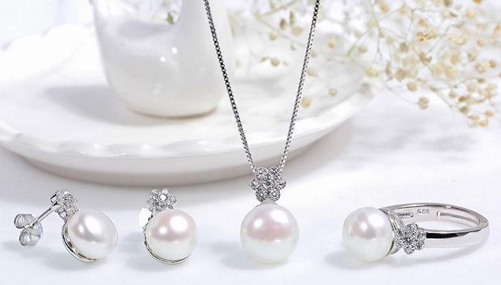 Đeo trang sức phù hợp sẽ giúp vợ nổi bật, xinh đẹp và có điểm nhấn riêng