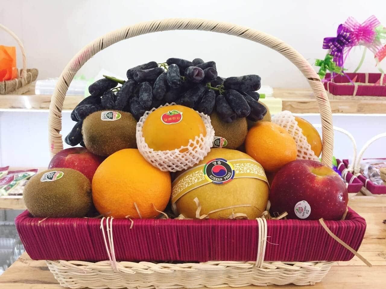 Giỏ trái cây làm quà Tết biếu ba mẹ người yêu