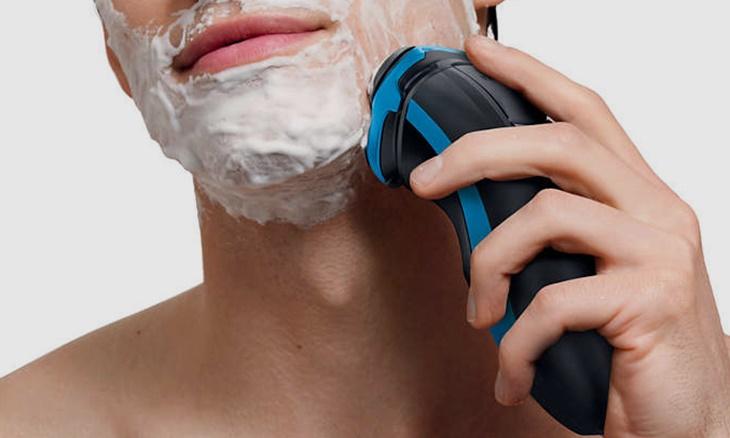 Nên dùng máy cạo râu hay dao cạo râu bình thường?
