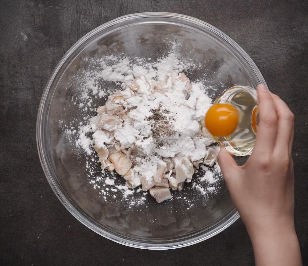 Từ tô sụn gà: Bạn thêm 1 muỗng cà phê muối, 1 muỗng canh đường, bột năng, tiêu, 1 quả trứng gà, đảo đều và ướp 15p.