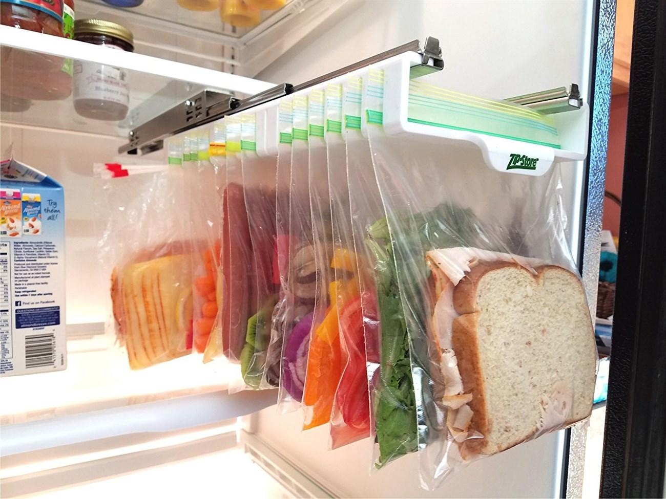 Dùng kẹp treo các túi thực phẩm lên giá