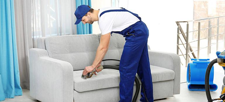 Dùng máy hút bụi vệ sinh ghế sofa Cách vệ sinh ghế sofa các loại nhanh gọn nhẹ hiệu quả tuyệt vời